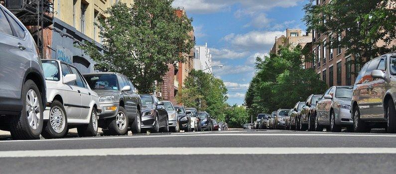 Coches aparcados en la calle